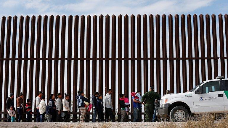 Grupos armados autodenominados «Patriotas Constitucionales» arrestan inmigranetes en la frontera ilegalmente
